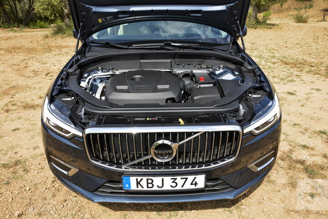 Front view of the 2018 Volvo XC60's mid-range T6 engine.