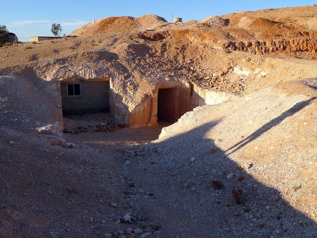 coober pedys residents live in underground dugouts pedy 001