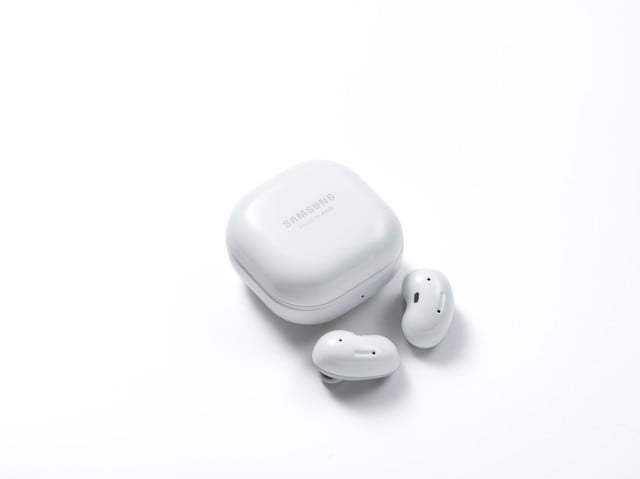 samsung auriculares buds live galaxy mystic white side closed case