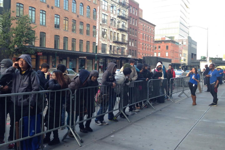apple iphone 6 launch day news store queue 1