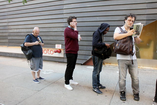 apple iphone 6 launch day news line 2