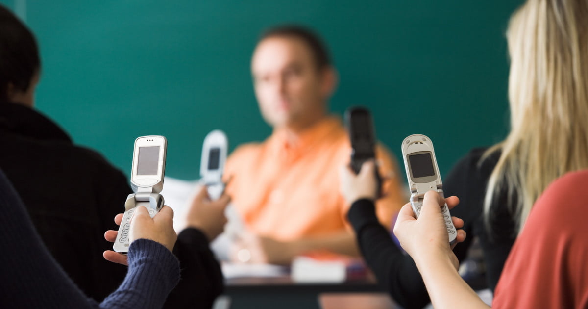 essays on mobile phones in school Defend two claims: first, that the ban on cell phones in schools inhibit the development of 21st century skills, which are technology based and secondly, that the prohibition of mobile security and prevent student communication.